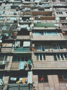 rumah rusun yang begitu kumuh, dan penuh baju yang tak layak pakai yang tergantung di segala tempat, lingkungan kumuh